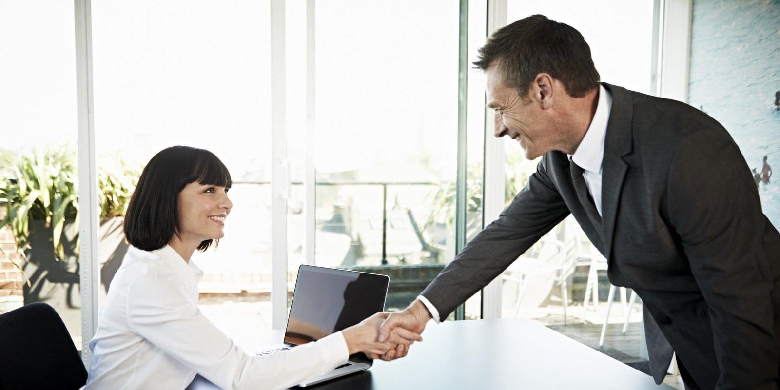 Etiqueta Social Mulher de negocios cumprimentando homem