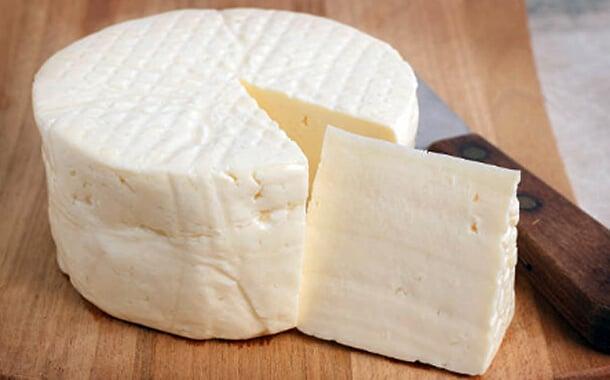 queijo fresco caseiro com uma fatia partida